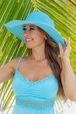 Sexig damunderkläderbrunettmodell Enjoying en Sunny Day arkivbild