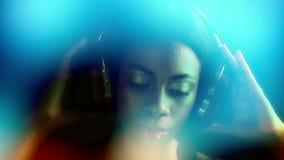 Sexig diskokvinna lager videofilmer