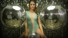 Sexig diskokvinnadans i damunderkläder med discoballs arkivfilmer