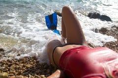Sexig dykareflicka med flippern royaltyfri foto