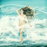 Sexig felik kvinna - aphroditen i havet vinkar Arkivfoto