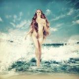 Sexig felik kvinna - aphroditen i havet vinkar Royaltyfri Bild