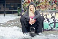 Sexig fitkvinna i getto Arkivfoto