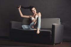 Sexig flicka i behå och jeans Arkivfoto