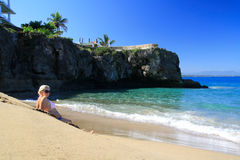Sexig flicka i bikini på strand Royaltyfri Foto