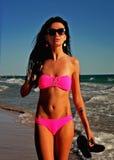 Sexig flicka i bikini på stranden arkivbild