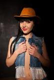 Sexig flicka i cowboyhatt och jeans royaltyfria bilder