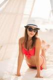 Sexig flicka i en rosa baddräkt på stranden Royaltyfria Bilder