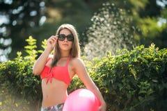Sexig flicka i en rosa baddräkt på stranden Royaltyfri Fotografi