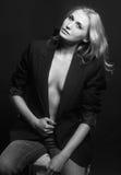 Sexig flicka i ett svart omslag Royaltyfri Fotografi