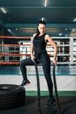 Sexig flicka i idrottshallen p? bakgrunden av boxningsringen kvinnan rymmer i hennes h?nder repen f?r styrkautbildning royaltyfria bilder