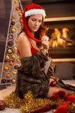 Sexig flicka i jultomtenhatt på jul Royaltyfri Fotografi