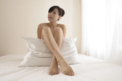 Sexig flicka i sovrum Arkivbild