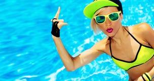 Sexig flicka i stil för parti för sommar RNB för pöl varm royaltyfria foton