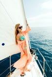 Sexig flicka i swimwearpareo på semester för yachthavskryssning Royaltyfria Foton