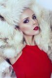 Sexig flicka med blont hår i pälslag Royaltyfri Foto