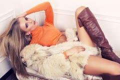 Sexig flicka med blont hår i pälslag och kängor Royaltyfria Foton