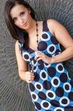 Sexig flicka med brunt hår i klänningmodemodell Royaltyfri Foto