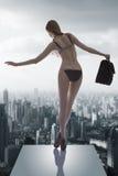 Sexig flicka med den arbetande påsen Arkivfoto