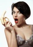 Sexig flicka med en banan underkläder makeup sinnesrörelser Arkivfoto
