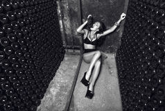 Sexig flicka med gruppen av druvor arkivfoto