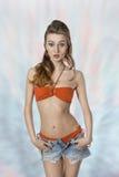 Sexig flicka med kortslutningar Royaltyfri Foto