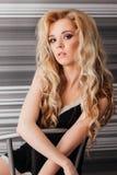 Sexig flicka med långt hår i svart damunderkläder och rött royaltyfria bilder
