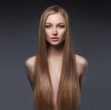 Sexig flicka med långt sunt hår arkivfoto