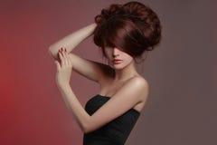 Sexig flicka med sunt hår fotografering för bildbyråer