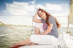 Sexig flicka på däckyachten Royaltyfria Bilder