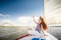 Sexig flicka på däckyachten Royaltyfri Foto