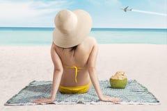Sexig flicka på stranden som ser flygplanet Royaltyfri Bild