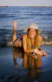 Sexig flicka på stranden Arkivfoton