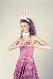 Sexig flicka som bär dräkten för easter kanin Arkivbild