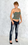 Sexig flicka som försöker på jeans. Royaltyfria Bilder