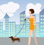 Sexig flicka som går med en hund Arkivbilder