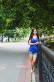 Sexig flicka som lutas på staketet Royaltyfri Fotografi
