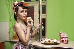 Sexig flickamatlagning i köket Royaltyfri Bild