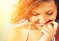 Sexig flickastående för solsken arkivfoto