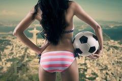 Sexig fotbollfan som ser Rio de Janeirostaden Royaltyfri Fotografi