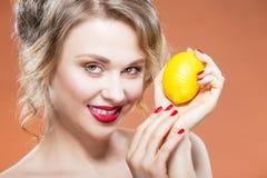 Sexig fruktserie Closeupstående av den lyckliga nakna Caucasian blonda flickan med citronfrukt Fotografering för Bildbyråer