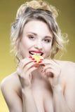 Sexig fruktserie Stående av den gulliga roliga nakna Caucasian flickan Arkivfoton