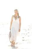 sexig gå kvinna för strand arkivfoto