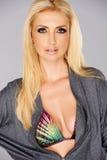 Sexig härlig blond kvinna med hennes drog ned blixtlåset på överkant Royaltyfri Fotografi