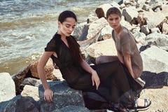 Sexig härlig för modemodell för kvinna två brunett och blont Arkivfoto
