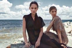 Sexig härlig för modemodell för kvinna två brunett och blont Fotografering för Bildbyråer