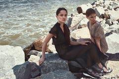 Sexig härlig för modemodell för kvinna två brunett och blont Arkivbild