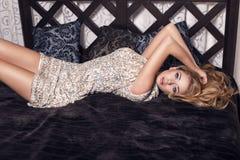 Sexig härlig flicka med blont hår i elegant klänning royaltyfri bild