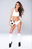 Sexig härlig kvinna som poserar med en fotbollboll Royaltyfri Foto