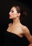 Sexig härlig kvinnaprofil på svart Royaltyfria Bilder